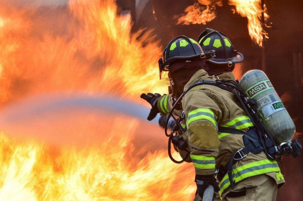 炎と消防士のチームワーク