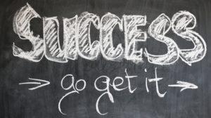 黒板に書かれた「SUCCESS」