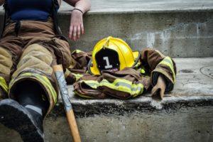 防火服を脱ぐ女性消防士
