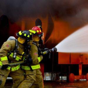 消火隊による放水活動