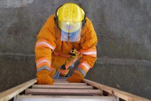 垂直はしごと消防隊員