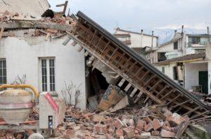 地震により倒壊した民家