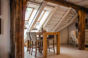 屋根裏部屋の木造柱