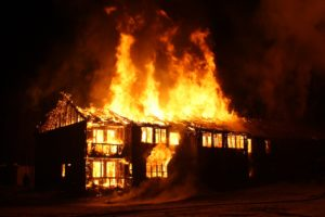屋根が抜けるまで燃焼した木造建築物