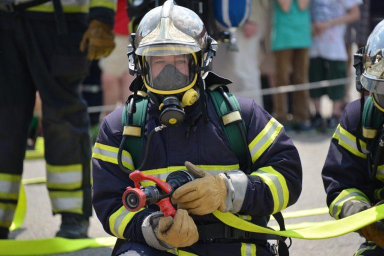 消防隊員とガンタイプノズル
