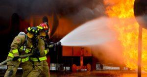 消火活動と爆燃する炎