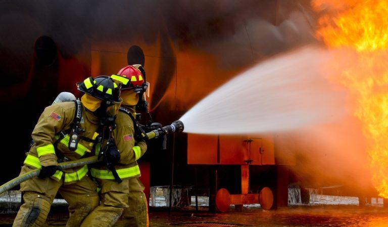 消防隊による消火活動