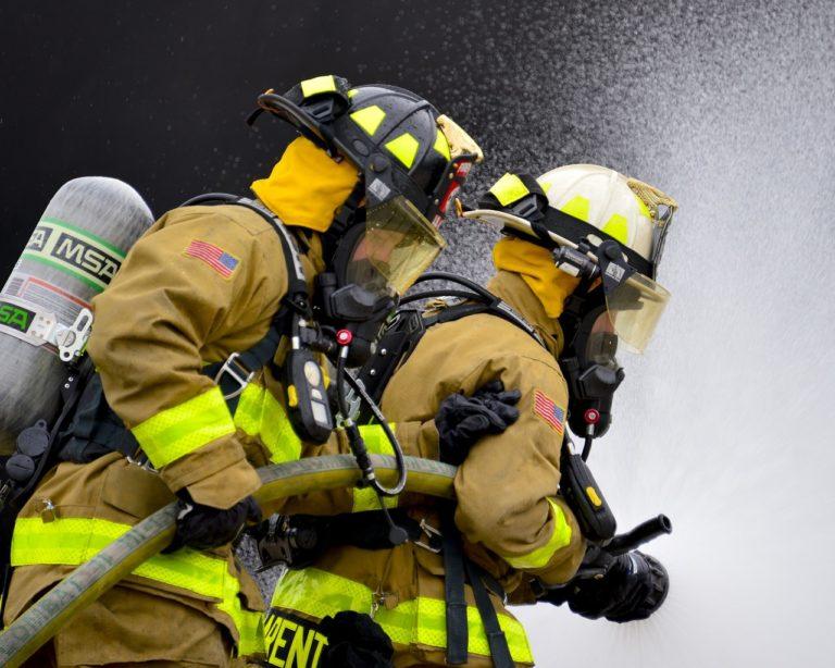 消火隊の放水活動