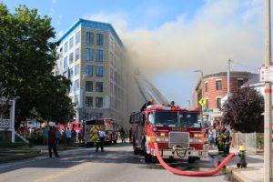 中高層建築物における火災によりビルから煙が出ている