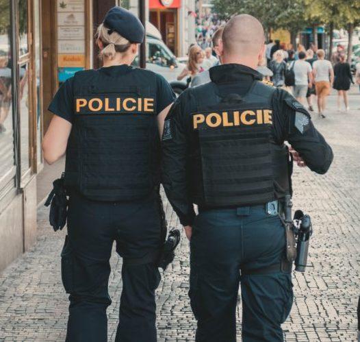 2人の警察官