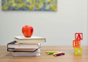 学習テキストと色鉛筆