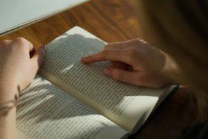 文章を読む女性