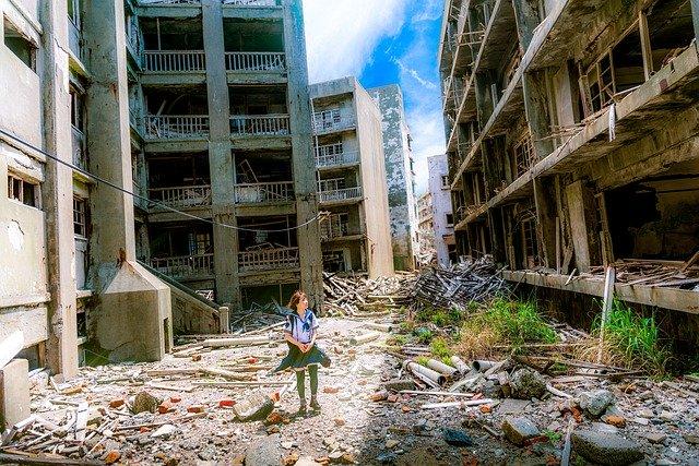 地震により崩れた建物