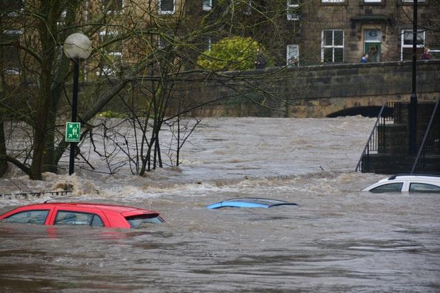 洪水により沈む車
